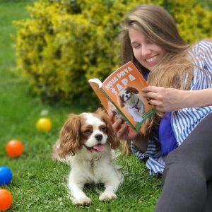 """Putovanje kroz kjigu """"Moja prva šapa"""" zapopočinjemo onog momenta kada dobijete želju da imate psa. Kako da izaberete baš onog za vas. Sažnaćete šta vam je sve potrebno i kako da pripremite prostor za vašeg novog člana porodice. Kako da uspostavite dnevnu rutinu. Kako sa pelenama Kako psi vide svet oko sebe. Naučićete govor tela kod pasa. Čemu služe interaktivne igračke. Šta je sve potrebno za socijalizaciju i na šta da obratite pažnju. Kako da izgradite fokus. Kliker reč Moć jedne reči BRAVO Način kako psi uče. Gde počinjete sa treninzima. Osnovne komande kao što su : Sedi, lezi, čekaj, dodji, fuj, pored."""